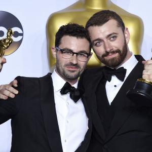 Jimmy Napes och Sam Smith tog emot oscarsratyetten för bästa låt i James Bond-filmen Spectre