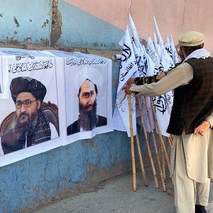 Bilder på skäggiga män på en vägg i Kabul den 27 augusti 2021. Männen på bilderna hör till talibanernas ledning.