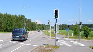 Bil kör i korsningen av Tolkisvägen och Bofinksvägen i Borgå.