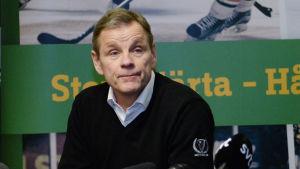 Håkan Loob på en presskonferens.