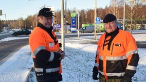 Trafiklärarna Olavi Virranvuo och Kalle Ljunggren vid trafikljusen i Ekenäs.