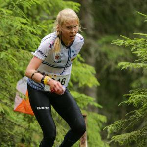 Alexandra Enlund löper vidare mot nästa kontroll.