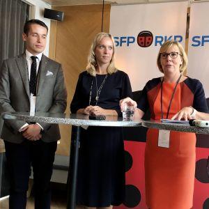 Anna-Maja Henriksson med tre viceordförande på presskonferens i Vanda.