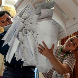 Valurnan töms i en av vallokalerna i Moskva på onsdag kväll.