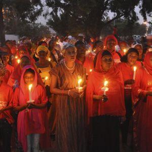 En grupp nigerianer håller en ceremoni för det kidnappade flickorna år 2015. Över hälften av flickorna hålls fortfarande gisslan.
