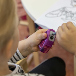 Lapsi teroittaa värikynää