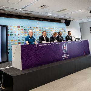Presskonferens vid rugby-VM, där tyfonen Hagibis diskuteras.