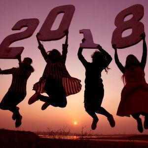 Ungdomar Bhopal i Indien visar upp håller upp skyltar med siffran 2018.