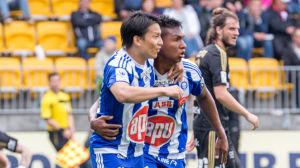 Atomu Tanaka och Alfredo Morelos firar mål.