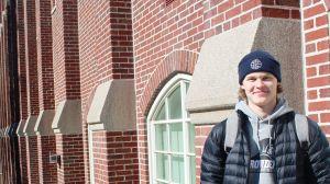 Kasper Björkqvist utanför en av unversitetsbyggnaderna på Providence College i USA.