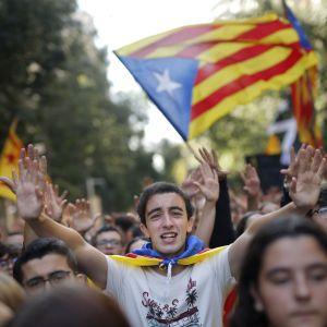 Studerande demonstrerar i Barcelona 17.10.2019. I bildens mitt står en ung man som sträcker ut båda händerna, bakom honom skymptar Kataloniens flagga.