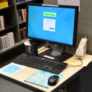 Bordsdator för sökning i bibliotek.
