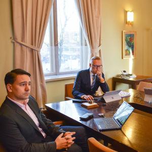 tre personer granskar budget