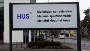 Skylten vid Helsingfors och Nylands sjukvårdsdistrikt i Mejlans i Helsingfors