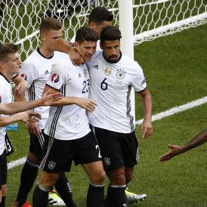 Tysklands landslag i fotboll firar ett mål.