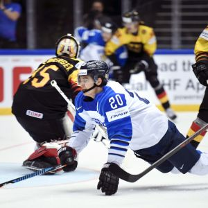 Sebastian Aho faller omkull i matchen mot Tyskland.