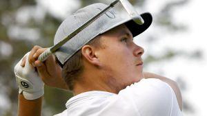 Sami Välimäki med golfklubban bakom nacken.
