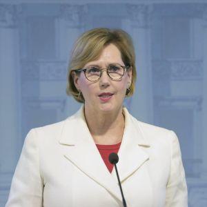 Tuula Haatainen på presskonferens.