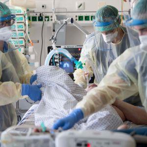 En patient får intensivvård i Tyskland.