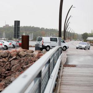 Autoja Juha Vainion kadun aallonmurtajalla
