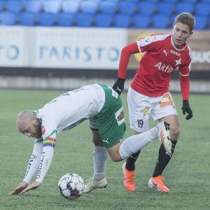 Kevin Larsson och Daniel Sjölund i närkamp.