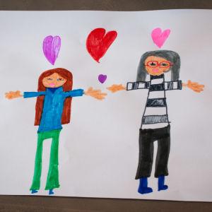Seija Vahvelaisen tyttärentytär piirsi kuvan itsestään ja mummistaan.