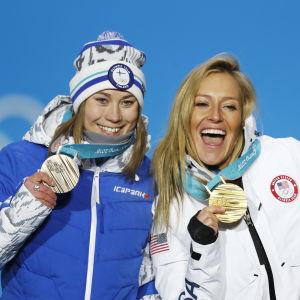 Enni Rukajärvi, Jamie Anderson och Laurie Blouin med sina OS-medaljer i slopestyle.