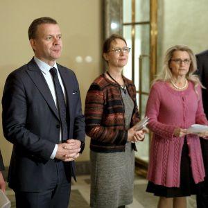 Presskonferens med flera politiker i samband med poststrejken