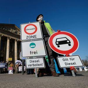 Demonstranter framför federala förvaltningsdomstolen i Leipzig den 22.02.2018.