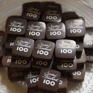 Fyrkantiga chokladbitar med Suomi 100-tryck.