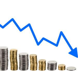 Flera högar slantar som minskar i höjd från vänster till höger och en blå pil ovanför som visar den nedåtgående trenden.