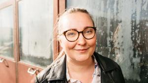 Marie Söderman vid väggen av ett lokstall