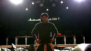 Dansare Byron Cox på scen