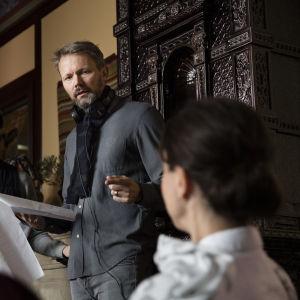 Regissör Felix Herngren instruerar under inspelningarna av Bonusfamiljen.