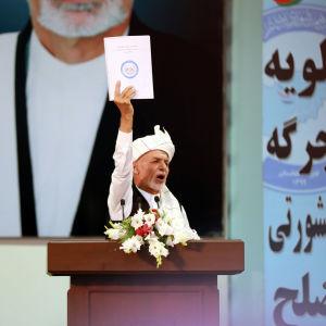 Afgansitanin presidentti Ashraf Ghani näyttää perinteinteiselle kansankokoukselle loya jirgaksi kutsutulle heimopäälliköiden neuvostolle luonnosta vankienvaihtoon liittyen 9. elokuuta 2020.