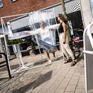 """I Malmö kan man kramas via den här skyddsanordningen som fungerar som en """"kramstation"""" under coronatider.."""