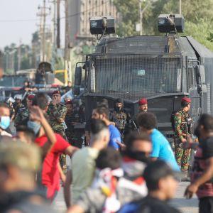 Demonstranter och säkerhetsstyrkor i Bagdad 3.10.2019