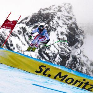 Österrikes Vincent Kriechmayr bjuder på en fint hopp unders störtloppsträningen i St. Moritz.