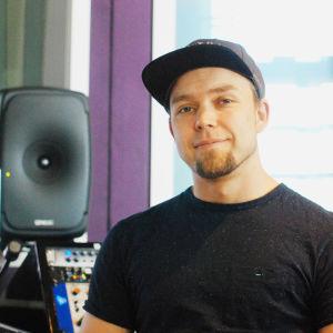 Tommi Tikkanen studiollaan Suomenlinnassa.