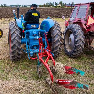 En traktor med en plog påhängd