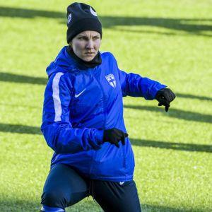 Natalia Kuikka springer på träning.