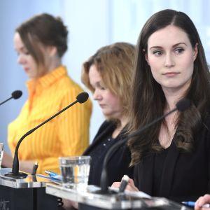 Ministrarna Katri Kulmuni, Krista Kiuru, Sanna Marin och Aino-Kaisa Pekonen informerar om coronavirusläget i Finland.