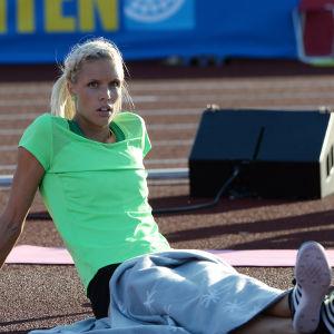Erika Kinsey vilar med armarna bakom ryggen.