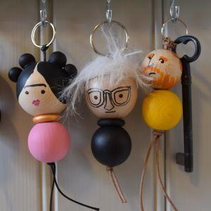 Puukuulista valmistetut avaimenperät, jotka esittävät eri taiteilijoita.