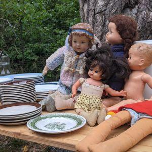 Stansvikin kartanon alueella myytäviä astioita ja nukkeja.