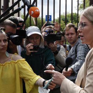 Oppositionsaktivisten Lyubov Sobol står framför journalister i Moskva.