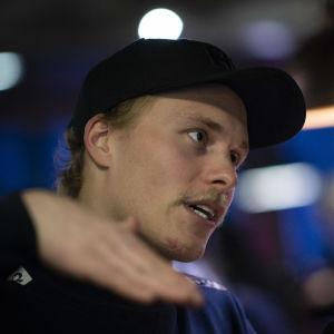 Jens Henttinen förklarar med armen hur han ska åka i söndagens slalomdeltävling i Levi 2019.