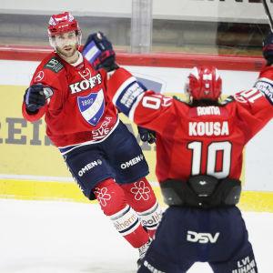 Sebastian Dyk och Mikko Kousa firar mål.