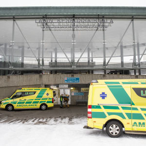 Ambulansseja Lapin keskussairaalan edustalla