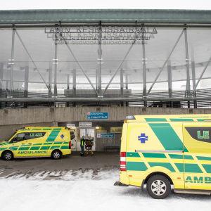 Två ambulansbilar framför Lapplands centralsjukhus.